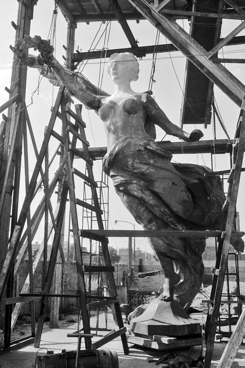 JUAN GUZMÁN, Monumento al Ángel de la Independencia en reconstrucción con el escultor José María Fernández Urbina, Ciudad de México, México, 1958, de la colección Juan Guzmán