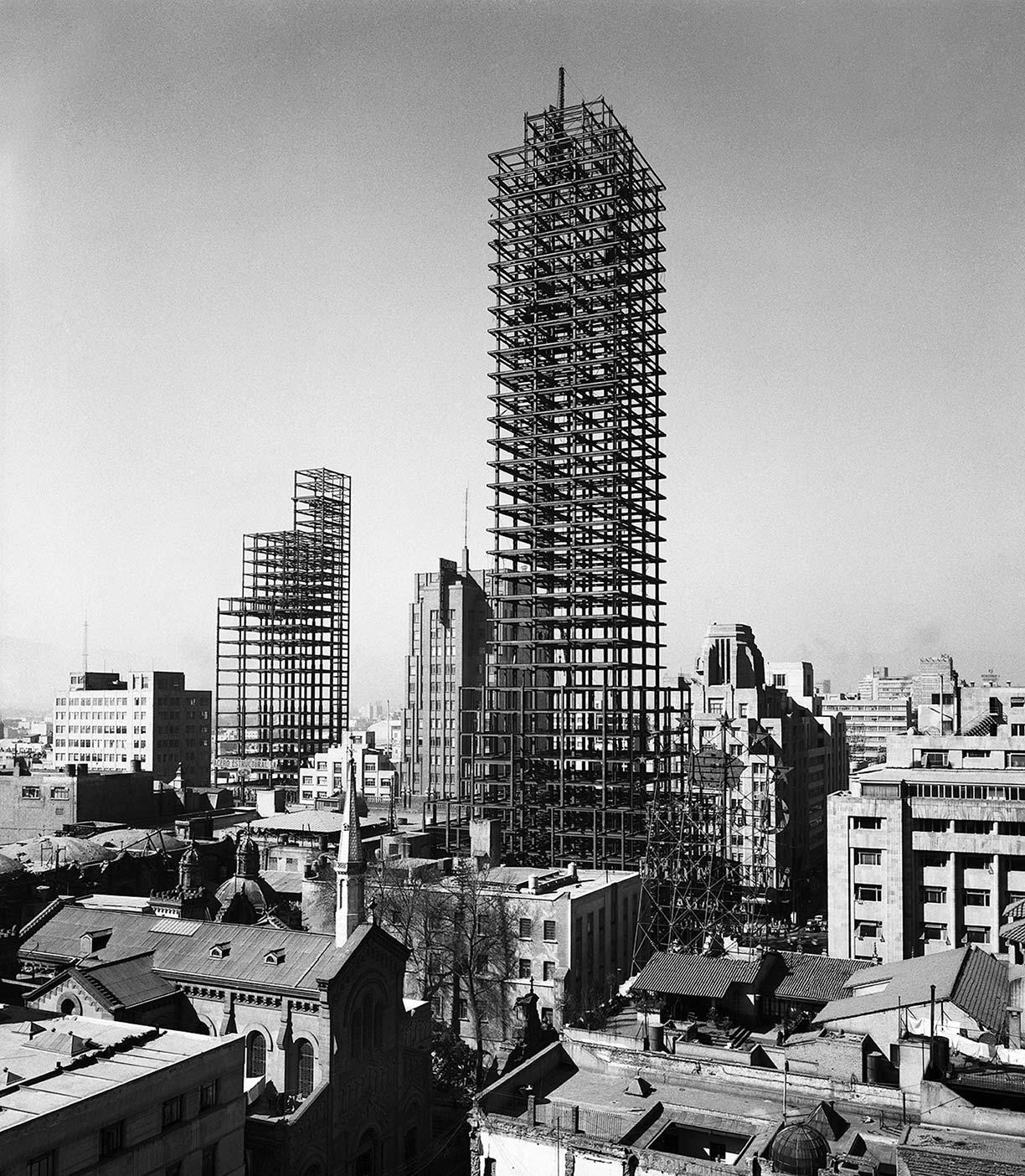 JUAN GUZMÁN, Construcción de la Torre Latinoamericana, Ciudad de México, México, 1950, de la colección Juan Guzmán