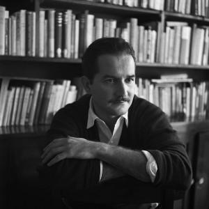 El escritor Carlos Fuentes en su estudio, en octubre de 1958, año en que se publicó La región más transparente, su primer novela