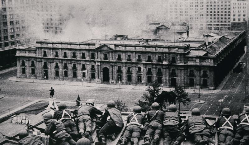 ENRIQUE ARACENA, El Palacio de La Moneda bombardeado en el golpe de Estado encabezado por Augusto Pinochet, el 11 de septiembre de 1973, Santiago de Chile, Chile, 1973, de la colección Fondo Fundación Televisa