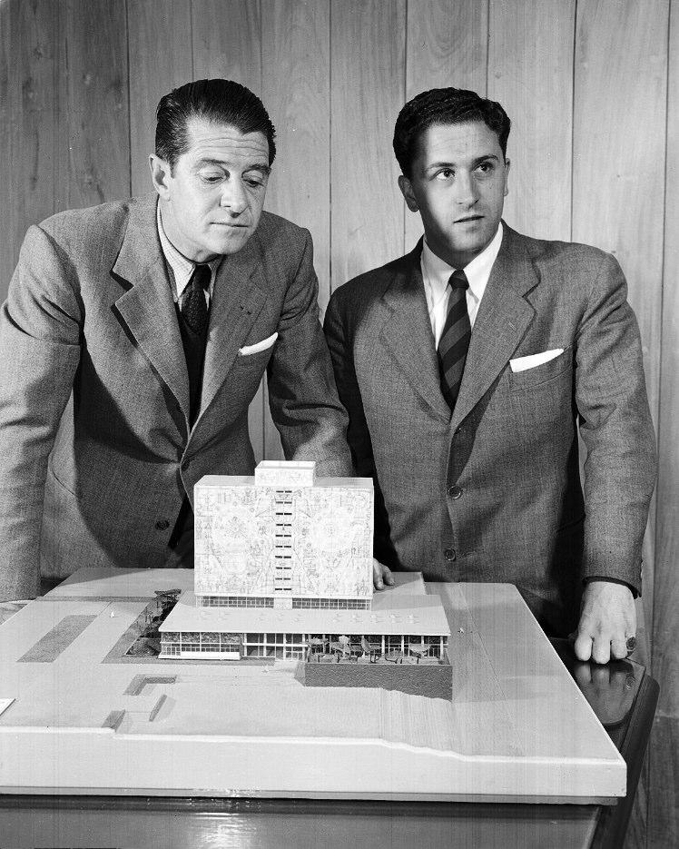 JUAN GUZMÁN, Los arquitectos Juan Martínez de Velasco y Juan O´Gorman con la maqueta de la biblioteca de Ciudad Universitaria, México, 1951,