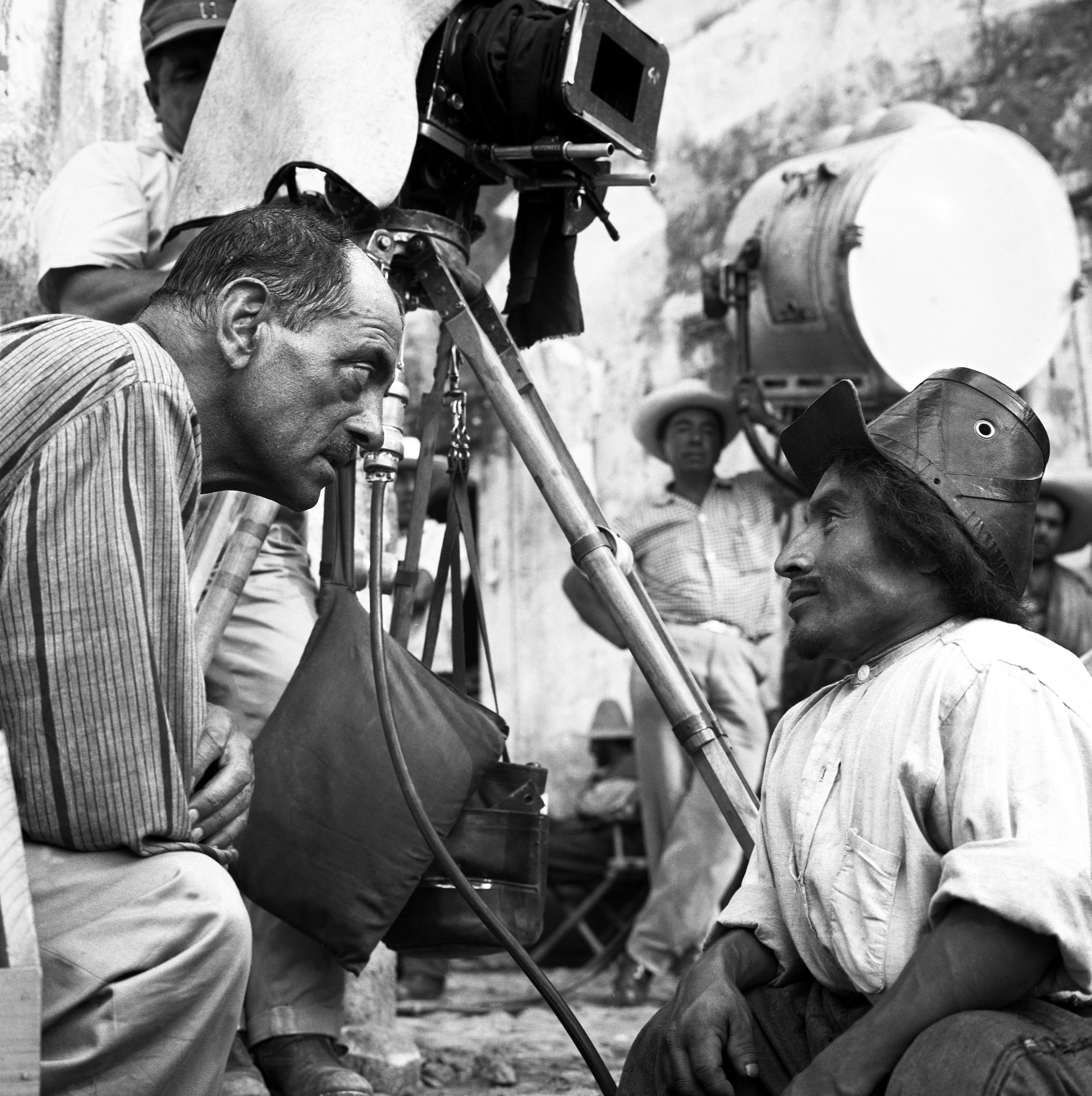 Buñuel dándole órdenes a Jesús Fernández